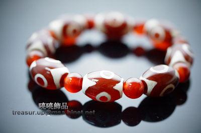 """紅色三眼天珠寶生佛的圖形表徵,則表示些珠能生出一切財寶的意思。功德利益具有增加財富的效益!即天時、人和、"""" 地利 """"的象徵。代表佛之身、口、意圓滿相好一切,可心想事成,並象徵財富不斷,增財添壽,是一顆能圓滿健康與財富的天珠之一。配戴天珠將會使您心想事成、好運當頭,天珠是【賜福報】、【賜平安】、【幫您調氣、運氣、避邪、擋煞】的寶石,當您有任何困難時,天珠會在暗中幫您擋掉一些不必要的劫難,是您的【護身符】更是您的【守財神】!A228"""