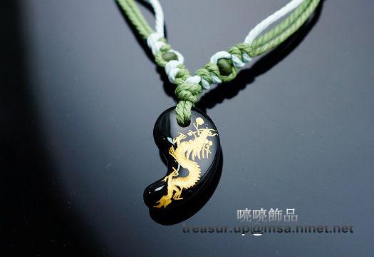 勾玉是日本流傳中的幸運飾物,古時較常用玉質所以稱為勾玉。祥龍獻瑞避邪化煞功效,運氣不好的人佩戴可轉運,有招財及聚財的作用。A58