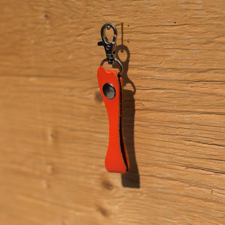 橘色骨頭造形牛皮吊飾一個/適用任何牽繩/可自由搭配各種使用方式