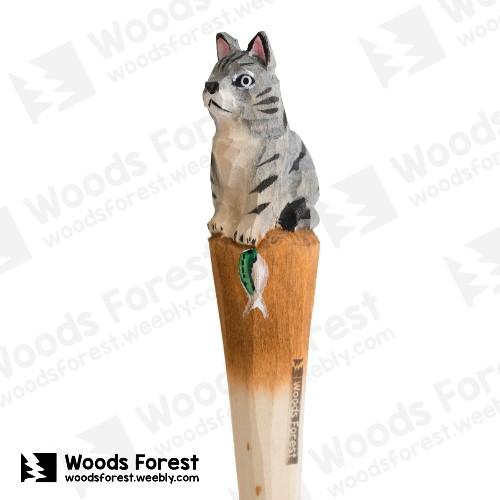 木雕森林 Woods Forest - 手工動物木雕筆【抓魚貓】( 筆質量輕;握筆輕鬆舒適;滑順好寫,用完可替換,實用且經濟!)