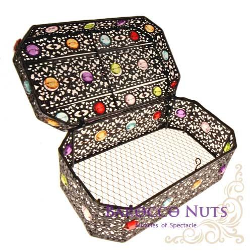 【Barocco Nuts】[特色擺飾]7吋 摩洛哥風格 復古鏤空彩石鑲嵌八角首飾盒-黑鐵色(雕花/收納籃/珠寶盒/合金/歐風/居家生活/金屬工藝/低調奢華/手工)