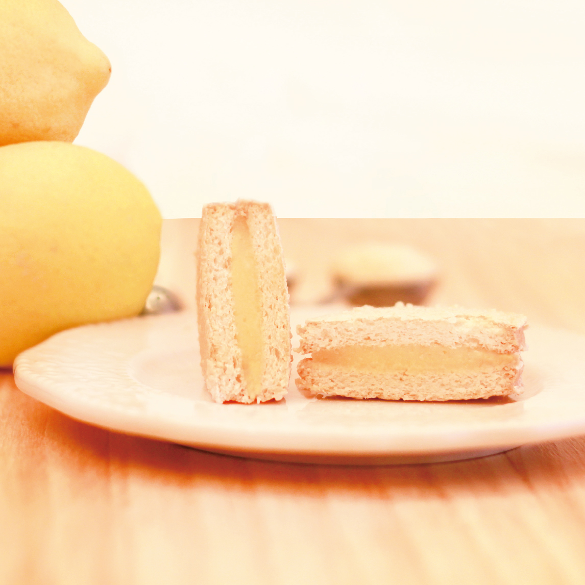 ★ 法式檸檬達克瓦茲 ★達克瓦茲 DACQUOISE 法國百年甜點 由高級進口杏仁粉製作,似馬卡龍但又不會甜膩,外酥內軟充滿天然杏仁香氣 + 100%原汁檸檬餡,酸酸甜甜的好滋味~