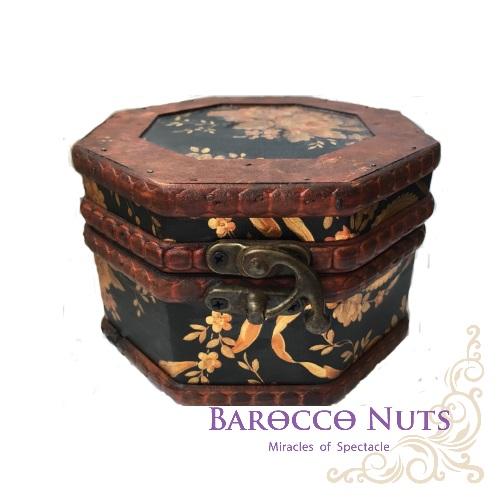 【Barocco Nuts】[藏寶箱] 5吋八角盒-復古深黑底花團錦簇藏寶盒(仿古/金銀島/可可島/化粧/化妝/寶藏盒/珠寶盒/首飾盒/古典木箱/復古首飾盒/收納/擺飾)