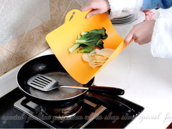 彩色創意可彎曲抗菌分類砧板 懸掛式切菜板1入 軟式砧板 鉆板【DL390】◎123便利屋◎