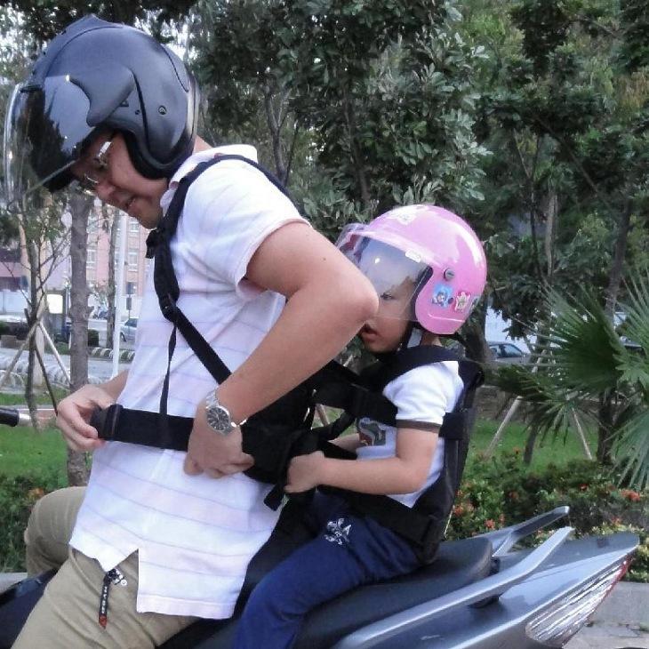 兒童 機車安全帶 別再讓孩子站前在機車面了,有效保護後座小孩跌落.