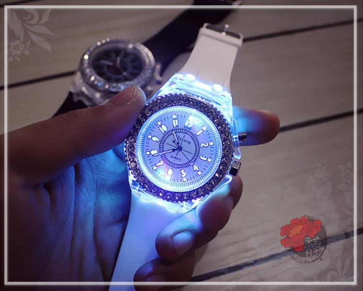 白色分秒必鑽手錶