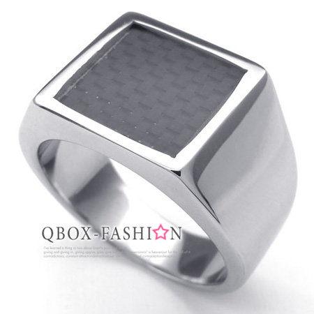 《 QBOX 》FASHION 飾品【W10022610】精緻個性方形黑色碳纖維316L鈦鋼戒指/戒環