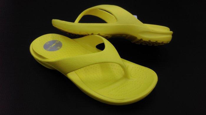 ※555鞋※黃 母子鱷魚 馬卡龍色 浴室 海灘 防水 拖鞋 人字拖 一體成形 氣墊 超舒適運動休閒拖鞋~超軟Q