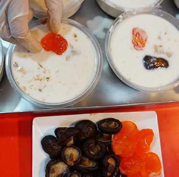 4.擺放新鮮鹹蛋黃及台灣香菇