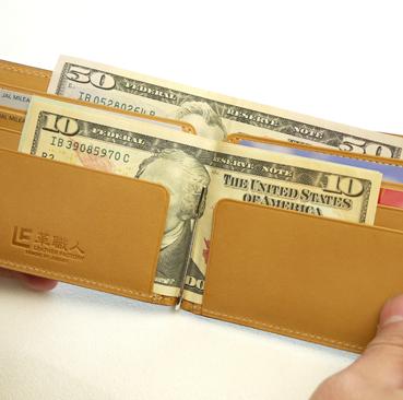 4.genesis 卡片夾層前的L型袖口式夾層,也可收納紙鈔或悠遊消費卡
