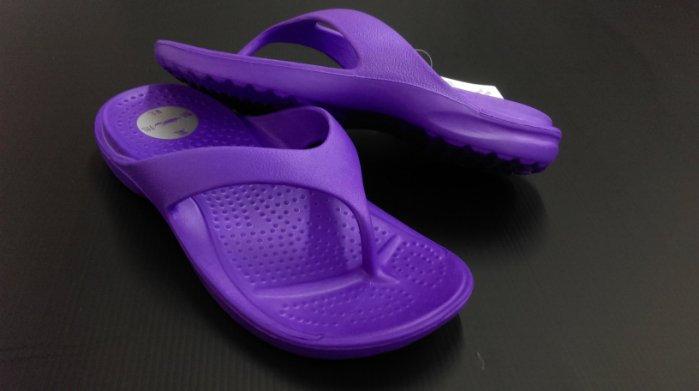 ※555鞋※紫 母子鱷魚 馬卡龍色 浴室 海灘 防水 拖鞋 人字拖 一體成形 氣墊 超舒適運動休閒拖鞋~超軟Q