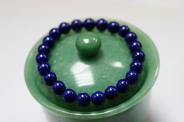 青金石,又叫天青石。其主要產地為阿富汗和中國的青海和東北一帶。 其色為深藍色,就像碧藍無垠的天空一樣。在上面有一些銅礦金色斑痕也就是「金」由此得名青金。 它是最古老的人類使用的裝飾用的寶石之一,由於它..