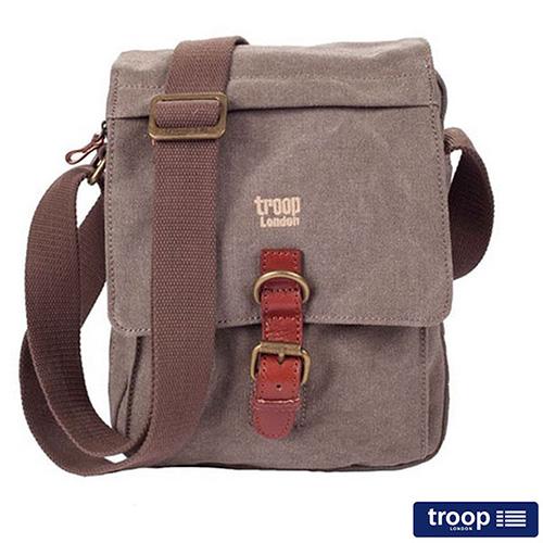 【TROOP】帆布包 經典品格CLASSIC中性斜背包 咖啡色 /TRP0211BN